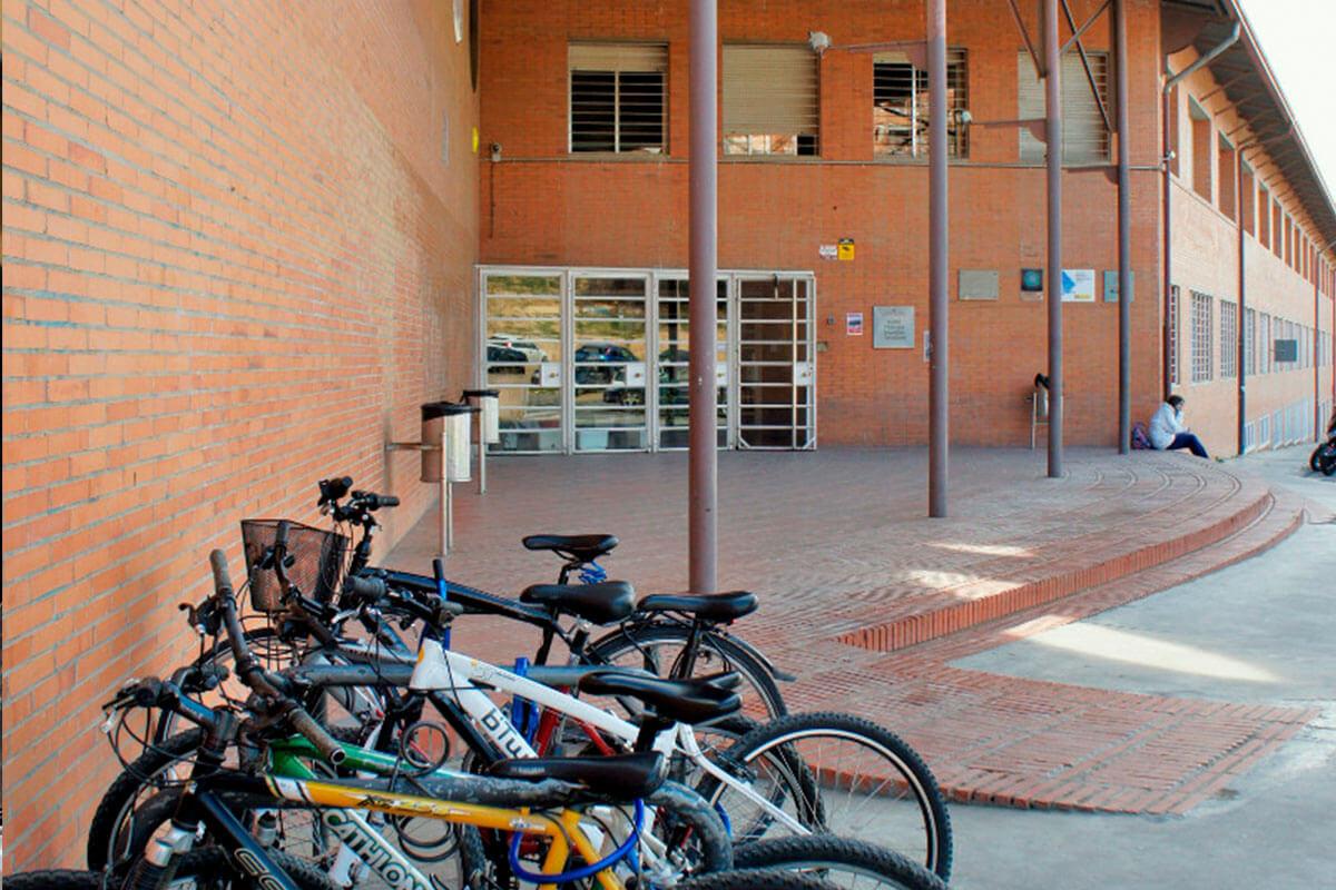 Entrada principal de l'Institut Torre Vicens amb espais d'aparcament específic per a bicis