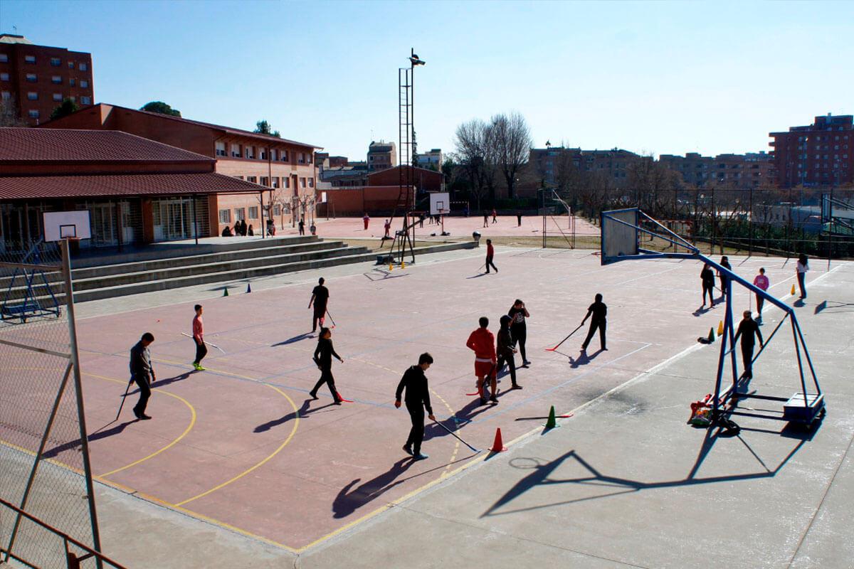 Pati amb pistes esportives de l'Institut Torre Vicens